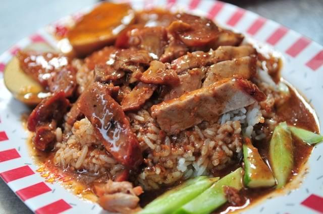 khao moo daeng - Лучшие блюда тайской кухни - уличная еда в Тайланде