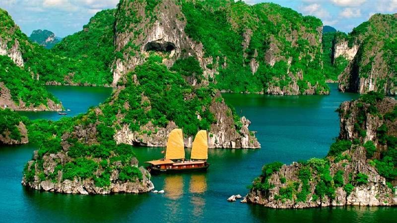 Самая популярная природная достопримечательность Вьетнама - бухта Халонг