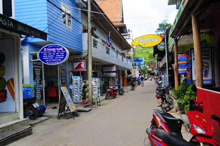 sairee beach town koh tao улица вдоль пляжа Сайри Бич - Лучшие пляжи и бухты острова Ко Тао - Сайри Бич и Чалок