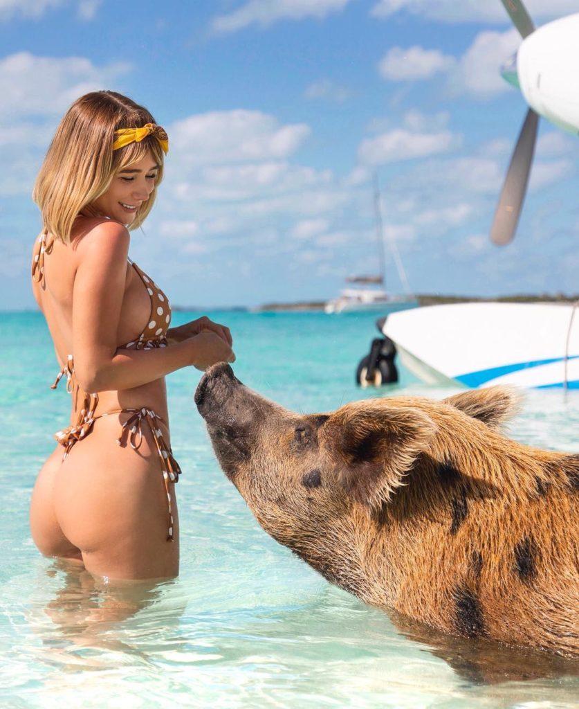 Модель Сара Джин Андервуд на острове свинок